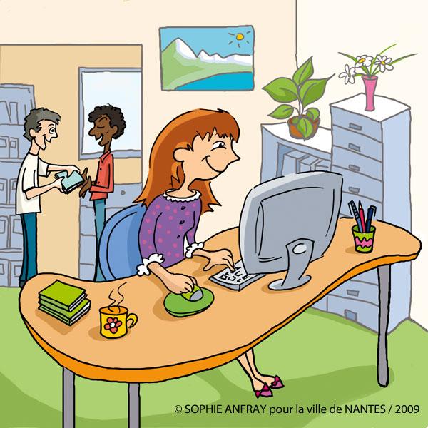 Femme détendue devant son ordinateur au bureau, l'ambiance est bienveillante..