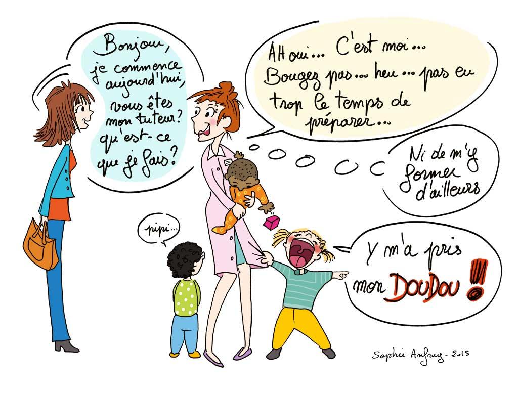 Jeune femme parle à une éducatrice de jeunes enfants qui semble débordée avec plusieurs enfants qui la sollicitent en même temps