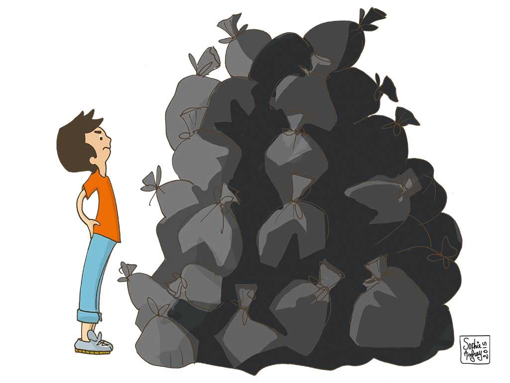 Léo en colère devant un gros tas de sacs d'ordures ménagères.