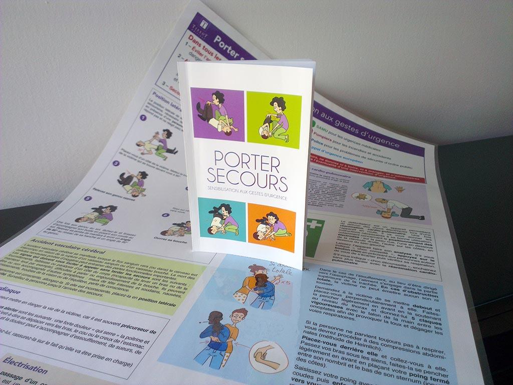 Affiche porter secours et couverture du livret sur laquelle on voit les gestes de la PLS.
